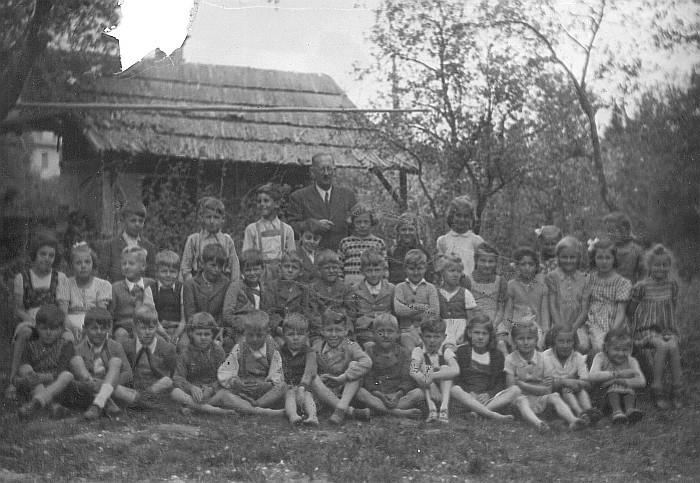 2. Klasse mit Oberlehrer König 1946