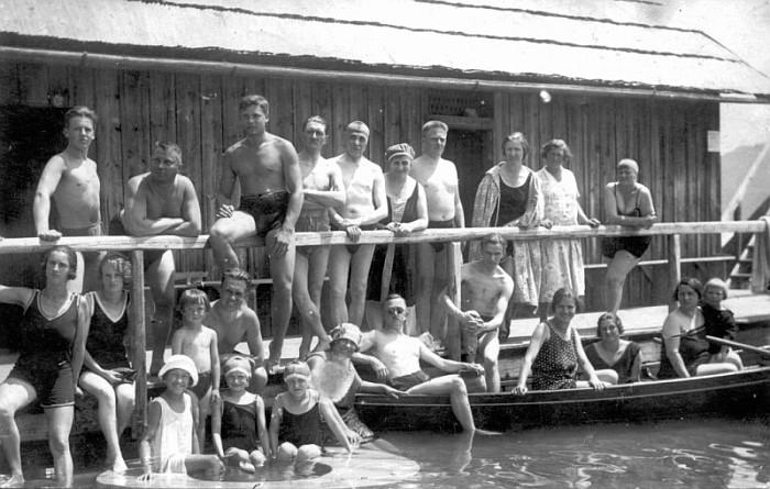 Badegruppe im Bad Stich 1926