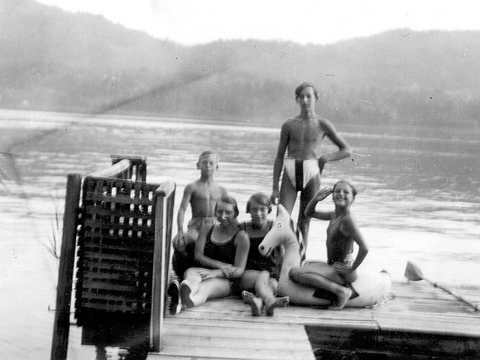 Im Bad Stich ca. 1927 - rechts auf Gummipferd Anni Koch