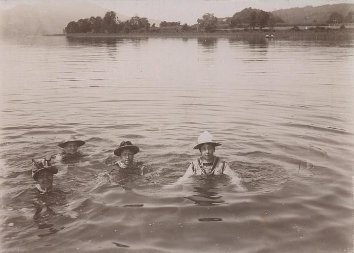 Badeanstalt Krumpendorf 1890, schwimmende Damen mit Hut