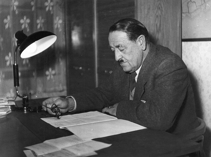 Bgm. Karl Kutternig am Schreibtisch 1953