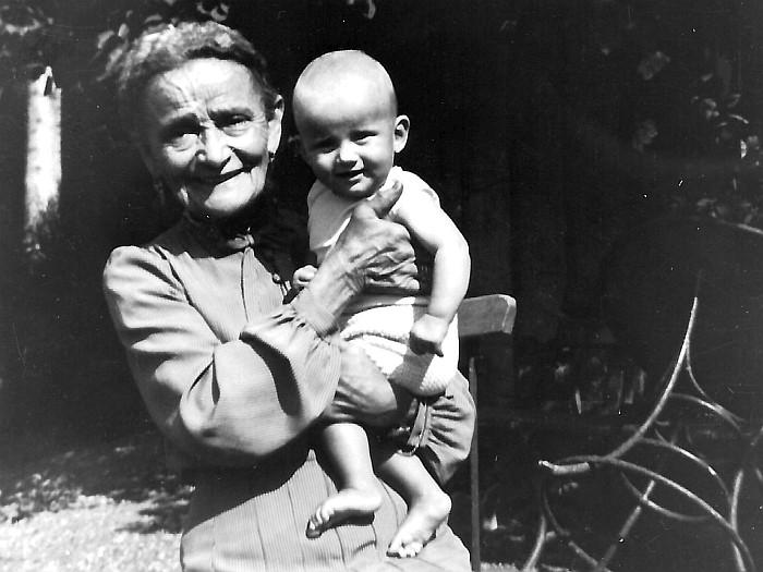 Urgroßmutter Maria Olbert mit Karin Lukas vor der Villa Olbert.