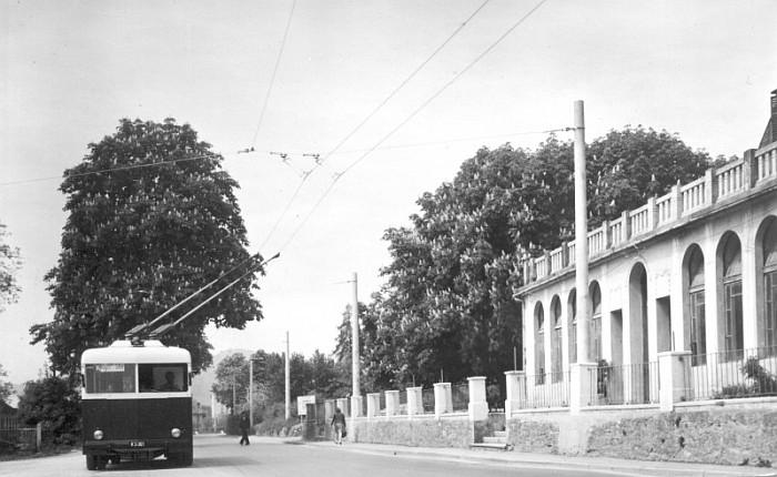 Obus-Haltestelle Bahnhof Krumpendorf, rechts das Hotel Kärntnerhof