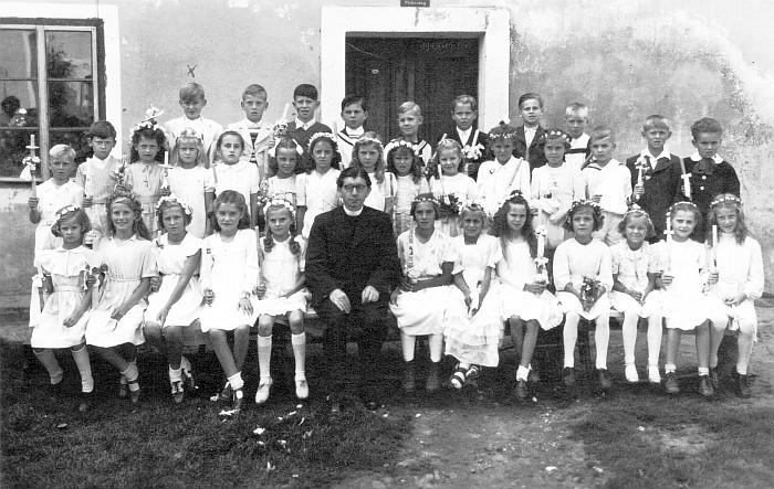Erstkommunion mit Pfarrer Lappe 1948 (Foto: Manfred Steindl)