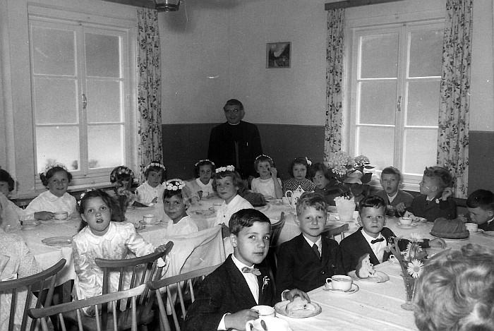 Nach der Erstkommunion 1961 bei Kakao und Reindling im Gasthof Kaschitz (Foto: Heinz Kernjak)