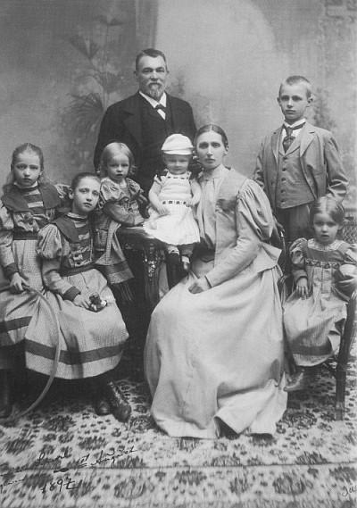 Kapitän J. H. Scherrl mit seiner Familie 1897