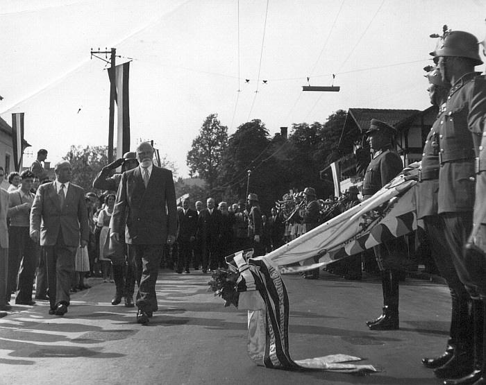 Bundespräsident Dr. Theodor Körner schreitet die Ehrenkompanie ab. Im Hintergrund rechts der Krumpendorferhof (Foto: Bildarchiv Landesbildstelle Kärnten)