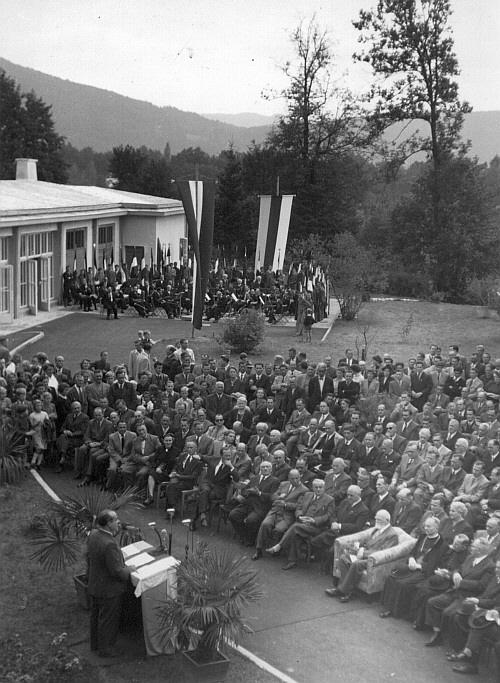 Festakt im Schlosshof, im Hintergrund das Landessymphonieorchester 1953 (Foto: Bildarchiv Landesbildstelle Kärnten)
