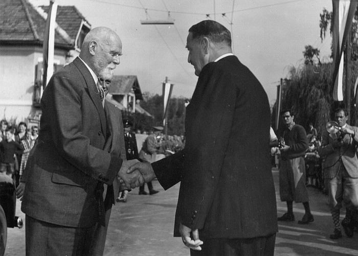 Bürgermeister Karl Kutternig begrüßt Bundespräsident Dr. Theodor Körner 1953 (Foto: Bildarchiv Landesbildstelle Kärnten)