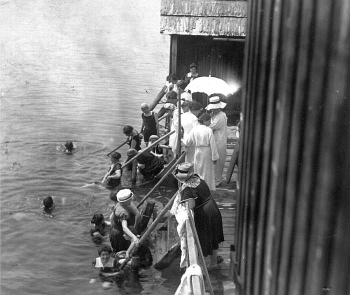 Schwimmschule Krumpendorf Damenbad 1890er (Foto: Schindler-Kunewald)