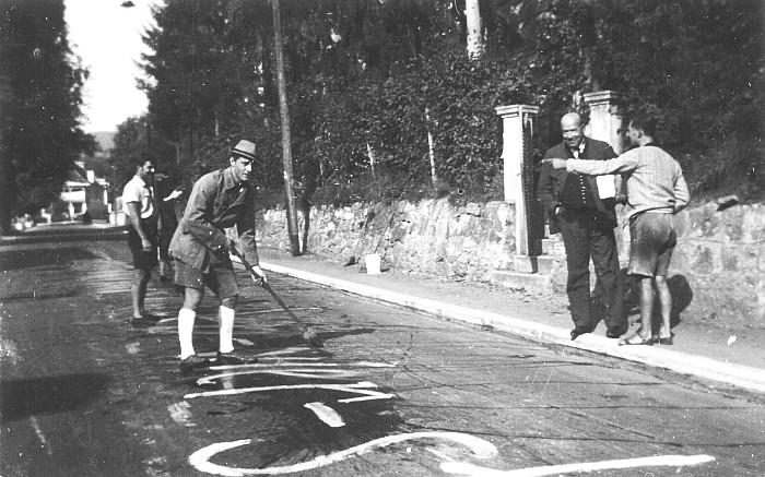 Entfernen von NS-Parolen auf der Hauptstraße In Krumpendorf