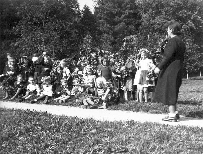 Volksschulklasse 1940/41 geschmückt für das Erntedankfest mit Lehrerin Elsa Koinig (Foto: Duffek-Kopper)