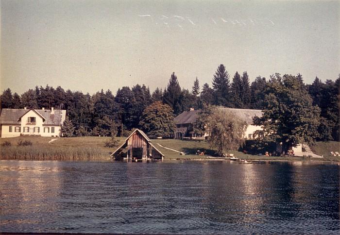 Seeansicht mit Wohn- und Wirtschaftsgebäude und Bootshaus 1975