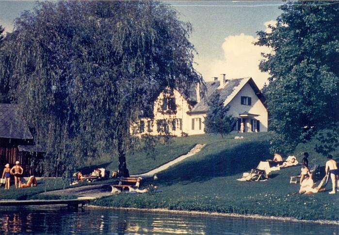 Wohnhaus mit Sommergästen am Seeufer 1975