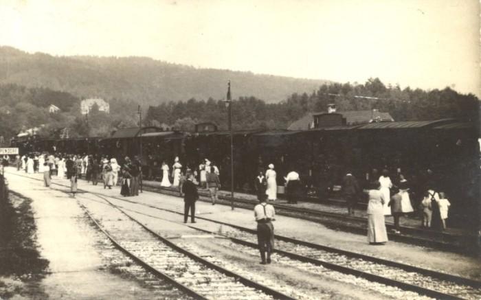 Wartende Fahrgäste am Bahnhof Krumpendorf